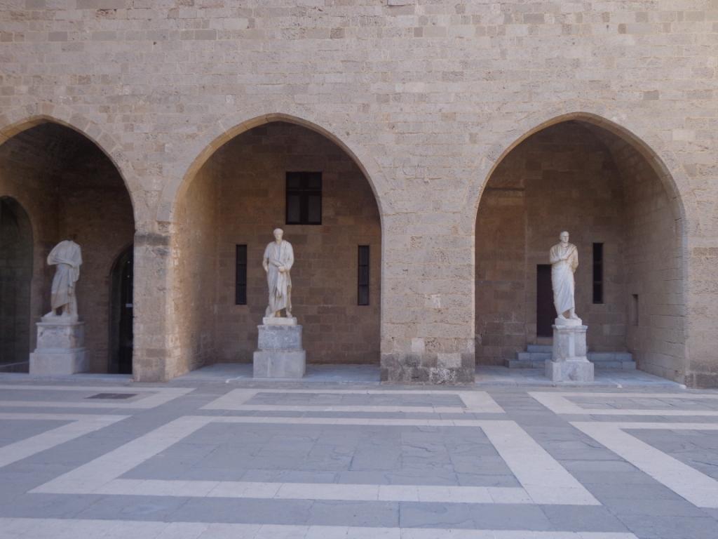 Внутренний двор Родосской крепости